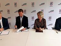 Marszałek województwa Olgierd Geblewicz (drugi z lewej) podpisał z władzami gminy Gryfino umowę na budowę ścieżki rowerowej prowadzącej do Wełtynia.