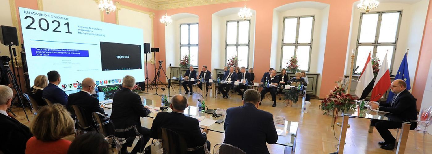 Stan wdrażania polityki spójności 2021-2027 był jednym z tematów Konwentu Marszałków RP, który obradował 9 września 2021 r. w Toruniu. Fot. Sławomir Kowalski