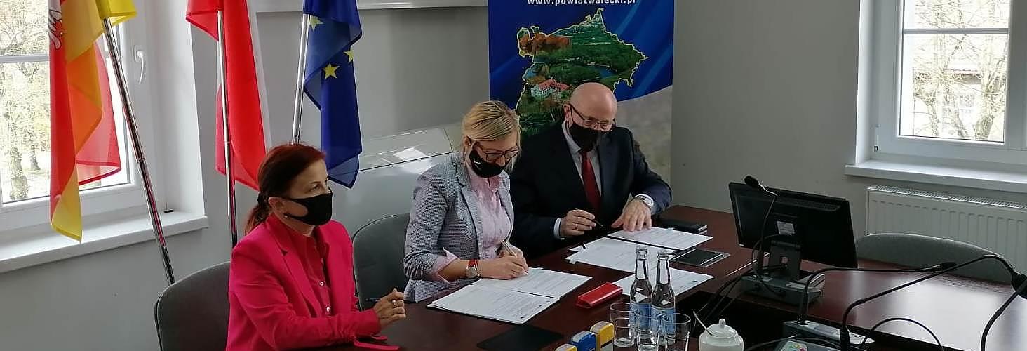 Członek Zarządu Województwa Anna Bańkowska (w środku) podpisała z starostą wałeckim Bogdanem Wankiewiczem umowę o wsparcie remontu drogi powiatowej z Piecnika do granic miejscowości Próchnowo.